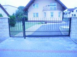 Pojezdová brána kovaná a branka Hať