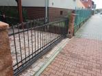 Zděný plot a kovaná pojezdová brána